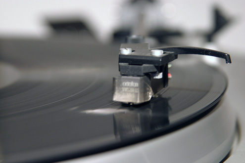 Macropicture of recordplayer C.E.C Chuo Denki with Ortofon pin.